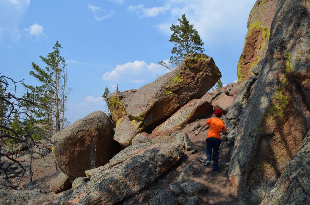 Тропа в скалах