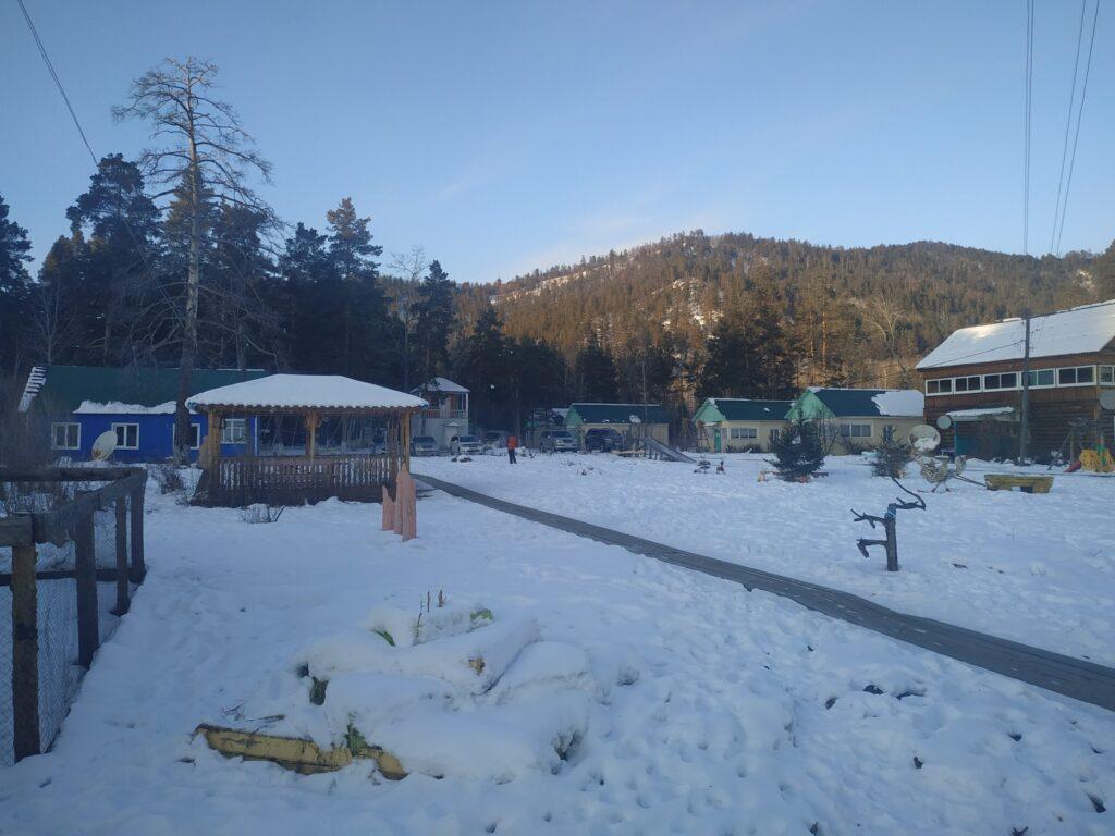 Домики на турбазе Умхей (мы жили под зеленой крышей справа)