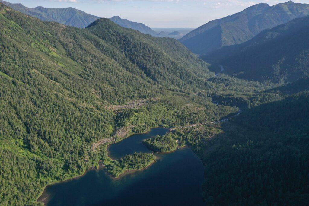 Малое Соболиное озеро. Вдали видны Шапка Мономаха и гора Верблюжья на Теплых Озерах