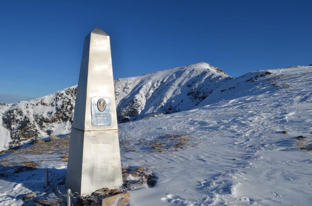 Памятник у пика Черского